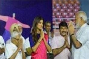 shilpa shetty touched pm modi feet
