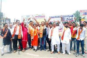 protest by shiv sena against toll plaza on jammu pathankot road