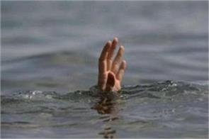 minor lover couple jumps in canal girl survives boy dies