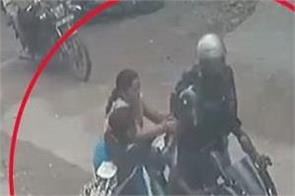 mother and daughter clashed with chain snatchers