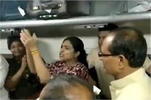 former cm shivraj singh chauhan sang bhajan in train video viral