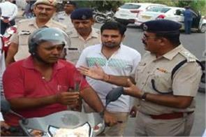 police made drivers aware of traffic rules by giving flowers