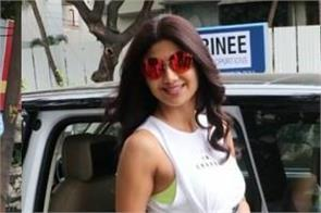 shilpa shetty flaunts her toned abs in knotted crop top