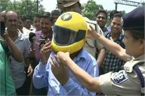 odisha police are giving helmets instead of challan