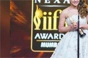 sara ali khan awarded with best debut female award in iifa