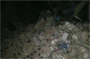 delhi four storey building collapses many people feared buried