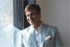 mumbai bengaluru police raid at bollywood actor vivek oberoi s house