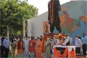 cm yogi and anandiben unveiled the statue of sardar patel