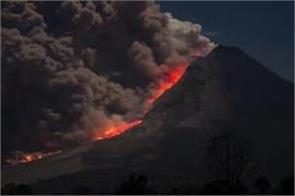volcano in eastern indonesia erupts thousands evacuated