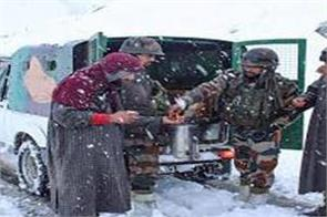 army save 10 people stuck in snowfall