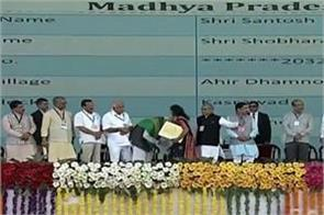 when woman tried to touch feet pm modi bowed down in honor