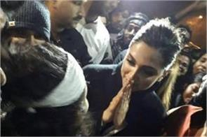 deepika padukone arrives at jnu to meet aishi ghosh