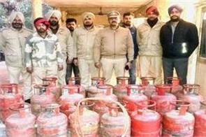 store owner sonu controlled with illegal cylinders