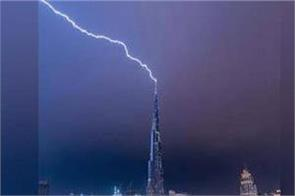 lightning strikes the world s tallest building in incredible video