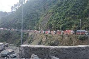 hundreds of vehicles stranded on srinagar jammu highway