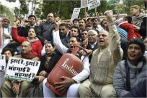 delhi congress protested against increase in lpg prices by taking cylinders