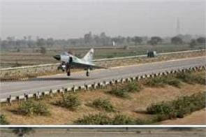 x press way delhi ghaziabad emergency landing yamuna expressway