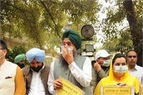 aap  mla wearing mask in assembly on chief minister s statement of corona virus