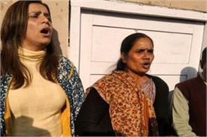 nirbhaya s mother started crying with folded hands in the courtroom