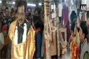kejriwal manoj tiwari worshiped in temple before voting