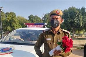 delhi police sent flowers to those who came out of their homes