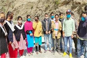 tailor distribute the cloth mask to people in free