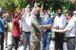security forces and doctors falicitate with flowres