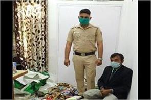 security guard sells bidi cigarettes in lockdown