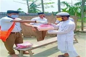 rss volunteers helping muslims by distributing ration in lockdown