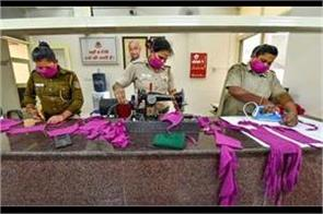 delhi police this is how they help the needy by making masks daily after duty