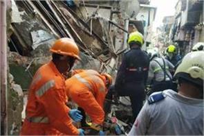 mumbai  house wall collapses 14 people evacuated