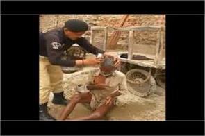 pakistan sindh policeman showering homeless elderly