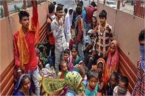 delhi police were caught while carrying migrant laborers in trucks