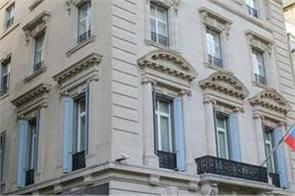 unknown man threw stones at russian consulate in new york