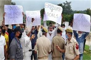 protest in vijaypur against vc of central university