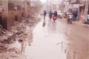 sewerage water spread road passenger is having trouble
