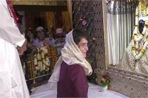 priyanka reached varanasi took blessings in the temple of sant ravidas