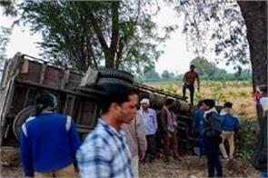 truck overturns in jalgaon maharashtra 15 people killed five injured