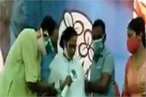 when mamata standing on feet in nandigram sang national anthem