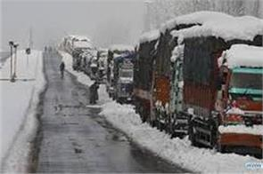 300 vehicles stranded on jammu srinagar highway due to snowfall and landslides