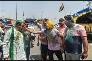 the farmers celebrated holi and hola mohalla on the borders of delhi