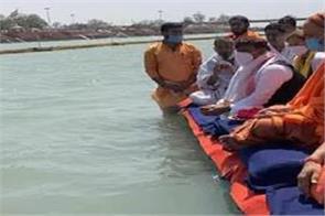 akhilesh apologized to swami mukteshwaranand for lathicharge on saints
