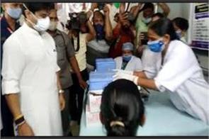 jyotiraditya-scindia-reaches-vaccination-center