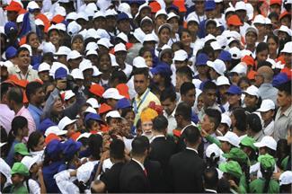 स्वतंत्रता दिवस पर लाल किले की खास झलकियां, बच्चों से घिरे PM मोदी