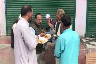 कश्मीरियों के बीच पहुंचे NSA अजीत डोभाल, साथ में बैठकर खाई बिरयानी
