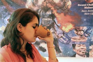 कोरोना वायरस: अखिल भारतीय हिंदू महासभा ने की गौमूत्र पार्टी, लोगों कुल्हड़ भर-भर पीया