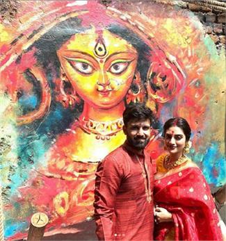 पति के साथ दुर्गा पंडाल पहुंची नुसरत जहां, 'ढाक' बजाकर लिया मां का आशीर्वाद