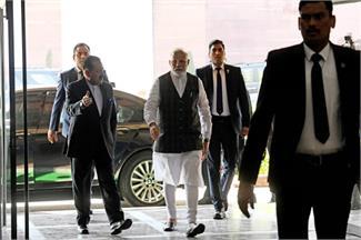 कोरोना वायरस पर PM मोदी ने की संसदीय बैठक, मास्क लगाकर पहुंचे धर्मेंद्र प्रधान