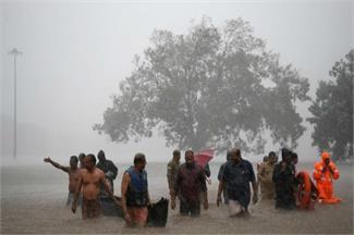 Pics of the day: केरल में भार बारिश, J&K में हालात सामान्य