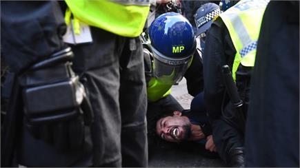 लंदन में लॉकडाउन के विरोध में प्रदर्शन, पुलिस से भिड़े प्रदर्शनकारी...